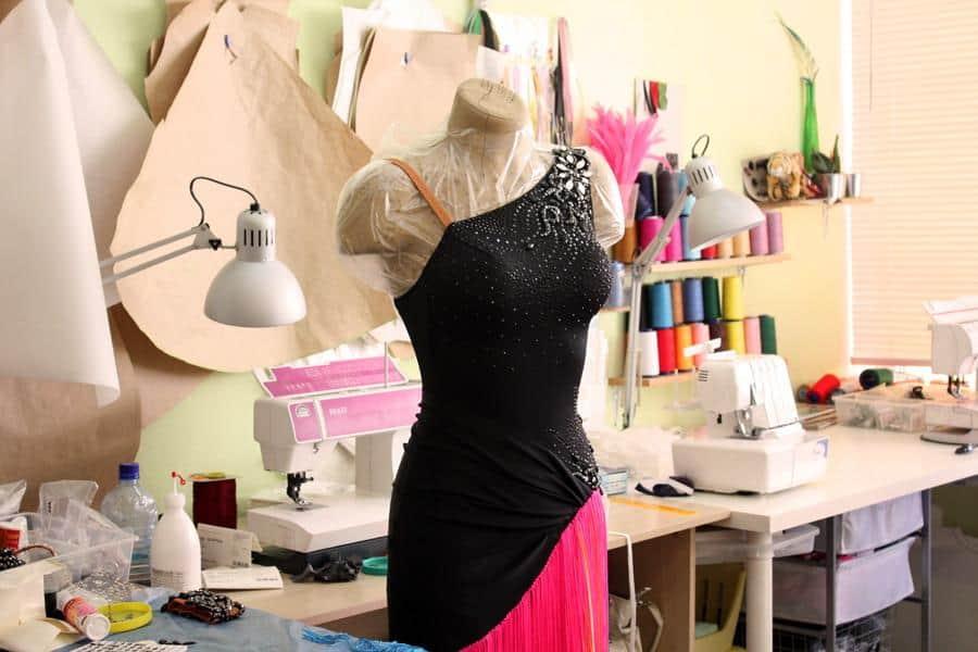 Если у вас есть соответствующие навыки и талант, пошив одежды на заказ  может быть действительно прибыльным занятием. Кроме того, со временем  спектр услуг ... e286cace6c1